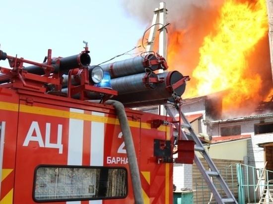 Серьезный пожар случился в алтайском селе из-за грозы