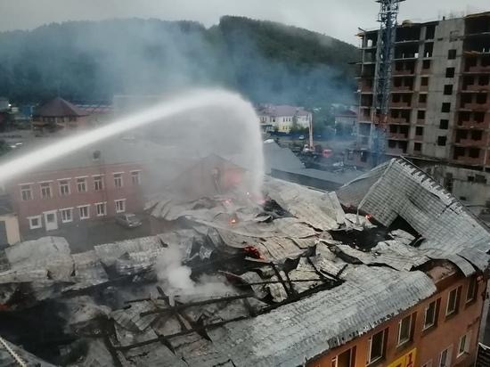 В Горно-Алтайске рухнула кровля горящего административного здания