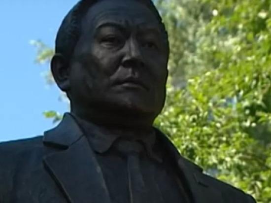 В Горно-Алтайске возвели монумент первому главе региона