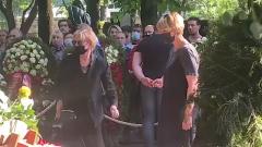 Вера Алентова и Юлия на похоронах Владимира Меньшова: прощальное видео