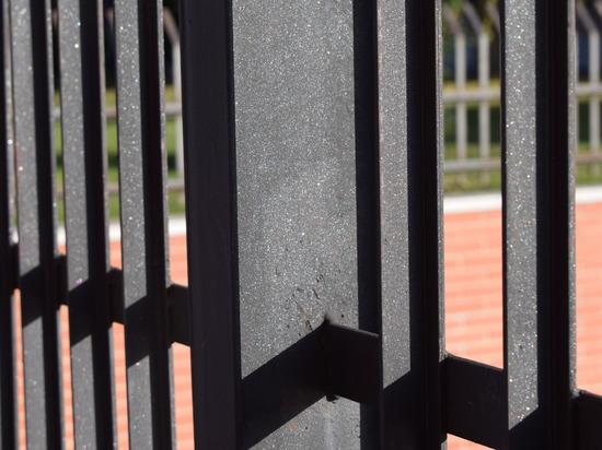Обзавестись заборами заставила прокуратура две валдайские школы