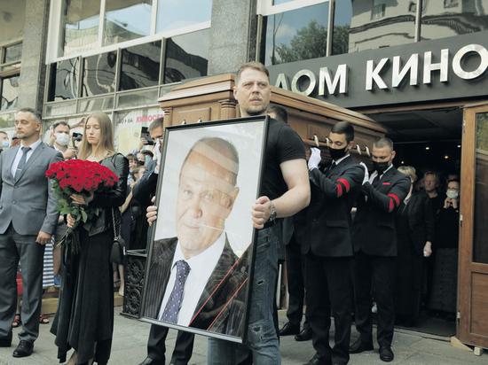 Владимира Меньшова проводили под песню «Александра» из «Москва слезам не верит»
