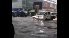 На Иркутск обрушился ливень: видео тонущих машин