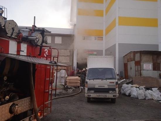 Два человека погибли при пожаре на складе пиломатериалов в Барнауле