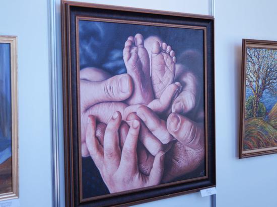 С азартом: молодые художники представили свои работы на уникальной выставке в Барнауле
