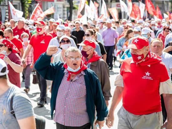 Граждане Молдовы протестуют у ВСП против закрытия участков голосования