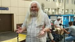 Пожилой фанат стримера Mellstroy устроил концерт у здания суда: видео