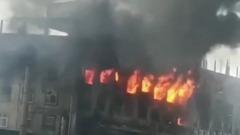 В Бангладеш сгорел завод по производству соков: кадры мощного огня
