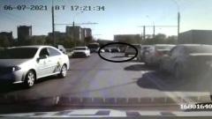 Водитель-лихач выехал на встречную полосу на Горбатом мосту в Вологде: видео
