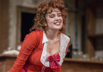 В Театре Сатиры Дмитрий Астрахан поставил спектакль «Убить папашу!» по пьесе ирландского драматурга Джона Миллингтона Синга «Удалой молодец — гордость Запада»