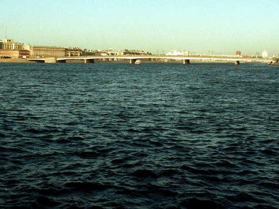Лодка с людьми влетела в опору петербургского моста имени Кадырова