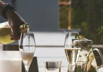 Мертвый сезон в информационном поле взорвала новость о новом российском законе об алкоголе, который запрещает игристому вину, произведенному во французской провинции Шампань, именоваться шампанским