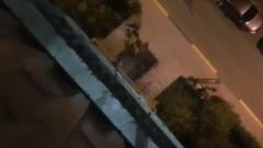 В Астрахани мужчина чуть не выпал с балкона