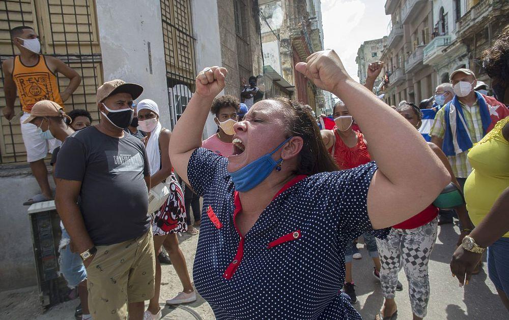 Кадры протестов на Кубе: силовики в штатском и злые толпы