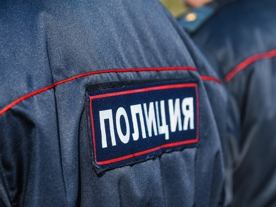 В Урюпинске молодой человек разбил дверь в здании горадминистрации