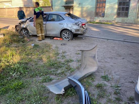 В Котласе автолюбитель не справился с управлением и въехал в столб