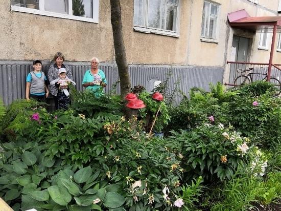 На радость всему дому: нововятичи обустраивают клумбы в своих дворах