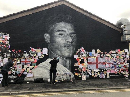 Расовый скандал в Англии: за темнокожих игроков сборной заступается весь мир
