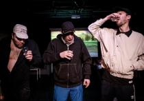 «Пограничное состояние», поставленное Юрием Квятковским в театре «Практика», основано на диалогах и монологах реальных людей, живущих по разные стороны реки Нарвы