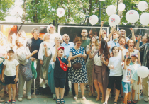 На Никитском бульваре в центре Москвы 13 июля прошло юбилейное гулянье актеров Российского академического молодежного театра во главе с худруком Алексеем Бородиным