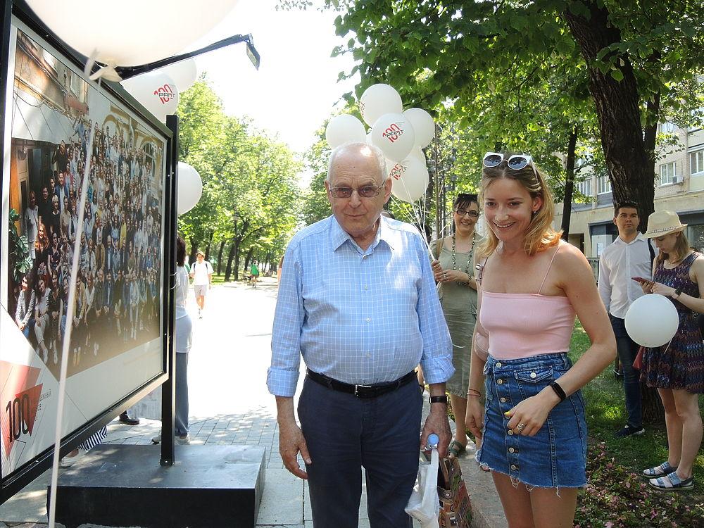 РАМТ отметил 100-летие прогулкой по Никитскому бульвару: фото коллектива