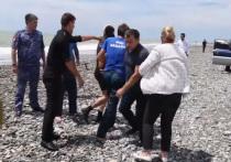 Спустя неделю после случившейся в Абхазии трагедии, когда в штормящее море унесло мать с тремя детьми, стали известны подробности чудесного спасения семилетней девочки