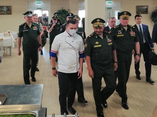 Министра обороны приятно удивили телевизоры в столовых и огорчил ламинат возле умывальника