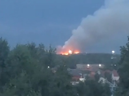 Пожар на мусорном полигоне тушат уже несколько часов в Ленинском районе Новосибирска