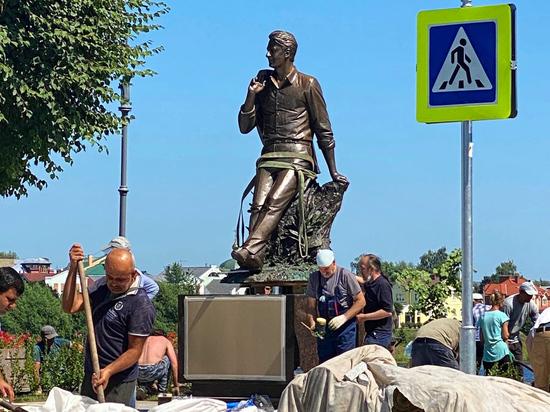 На родине поэта  Андрея Дементьева установили бронзовый монумент