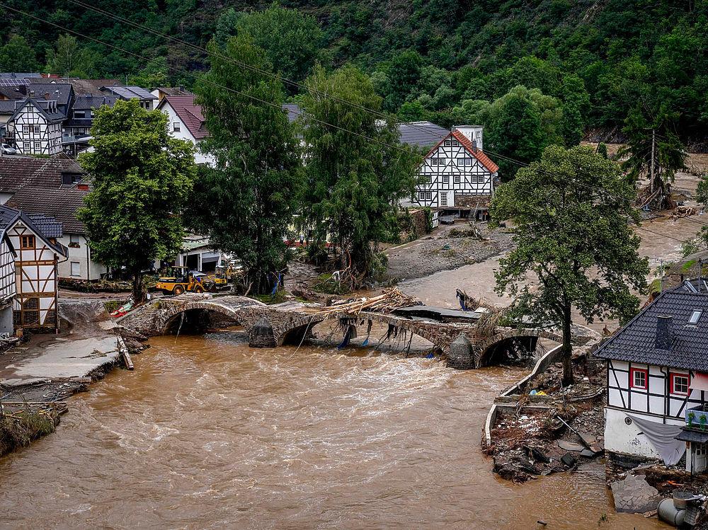 Небывалое наводнение застало Германию врасплох: кадры катастрофы