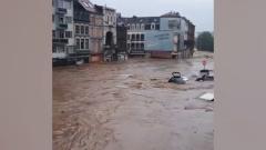 Очевидцы сняли затопленные улицы в Германии: обрушены мосты, электричества нет