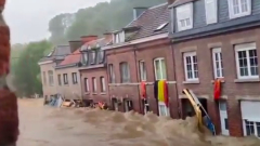 """Собраны драматичные видео наводнения в Германии: """"Засосало под мост"""""""