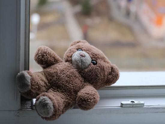 С начала года в регионе зафиксировано 16 случаев падений детей из открытых окон