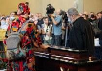 В последний путь актера и музыканта проводили нескончаемыми аплодисментами