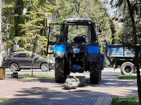 Рабочие в Казахстане случайно снесли трактором памятник Виктору Цою