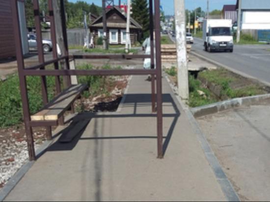 Нету путей-дорожек: в Воткинске остановку разместили поперёк тротуара