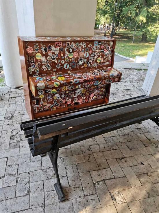 В Кирове в Александровском саду снова стоит новое пианино