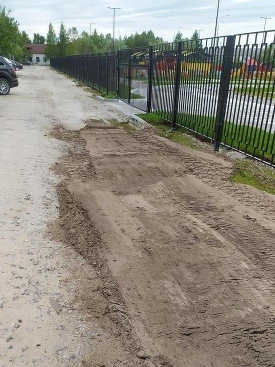 Дорогу возле садика засыпали песком и грязью в Тарко-Сале