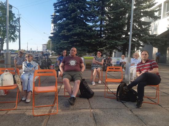 Очередную беседу о книгах устроят на площади в рамках цикла «Встречи летним вечером».