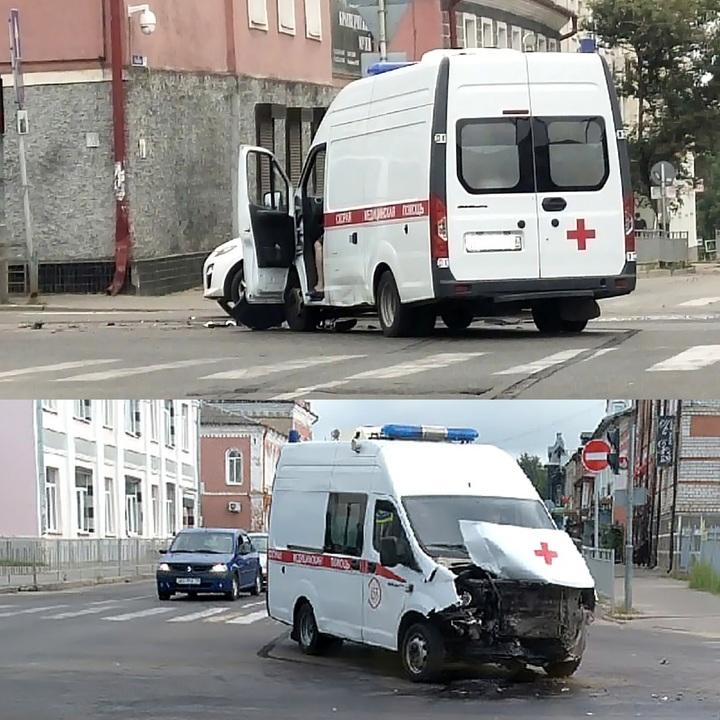 На перекрестке в центре города Кимры «скорая» попала в аварию