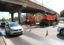 Авария на водопроводе произошла под виадуком в Пскове