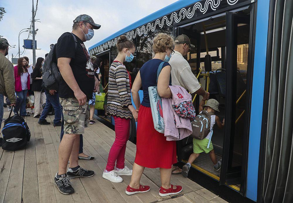 Москвичи пересели на автобусы из-за закрытия участка метро «Спортивная»—«Тропарево»