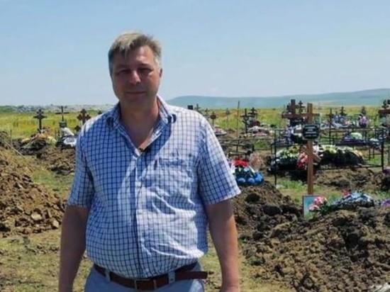 Директор российского кладбища и мэр среди могил призвали вакцинироваться