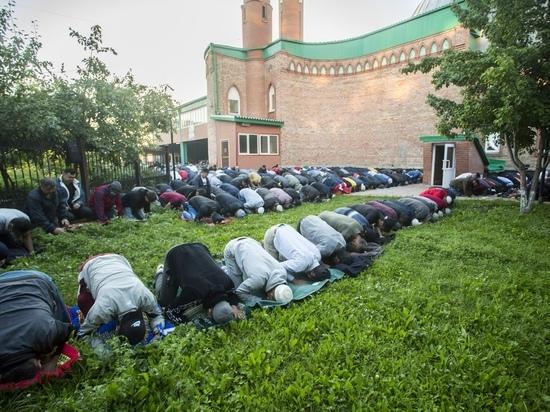 Тысячи мусульман собрались в мечетях Новосибирска на праздник Курбан-байрам