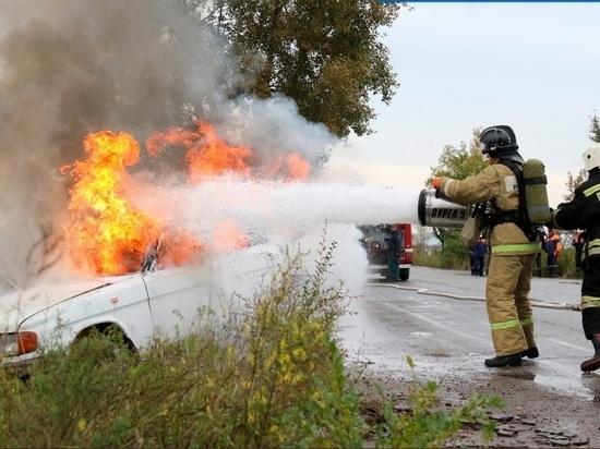 В Хакасии из-за поджога сгорел автомобиль и забор