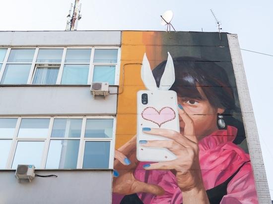 Граффити с девушкой, делающей селфи, появилось в Екатеринбурге