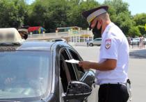 Астраханские полицейские проверяют таксистов на соблюдение масочного режима