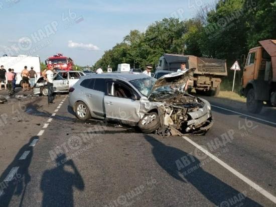 На трассе под Курском в жутком ДТП пострадали пять человек