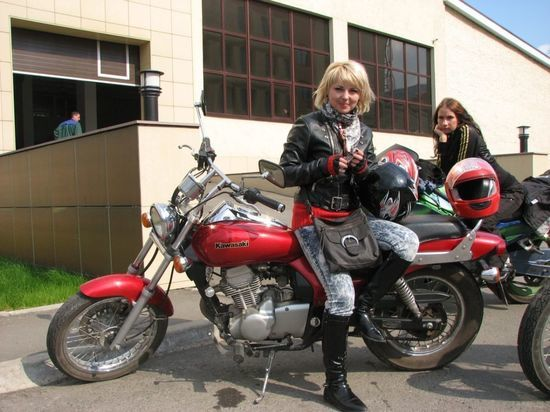 Инна — далеко не единственная в Омске девушка-байкер, причём работа её и вовсе далеко от мототехники и ревущих моторов, трудится она в сфере красоты