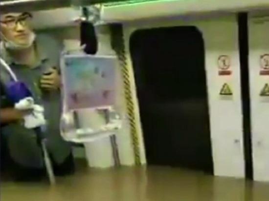Вода заперла пассажиров в смертельной ловушке